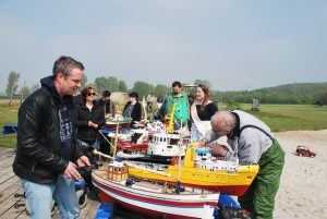 Königliche Hoheit bei den Modellbootfahrern am See – Neugierde auf beiden Seiten.