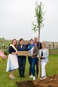 Eine Flatterulme, der Baum des Jahres 2019, wurde an diesem Tag von Theo Bieger und seiner Familie gepflanzt. Christine I half tatkräftig mit.